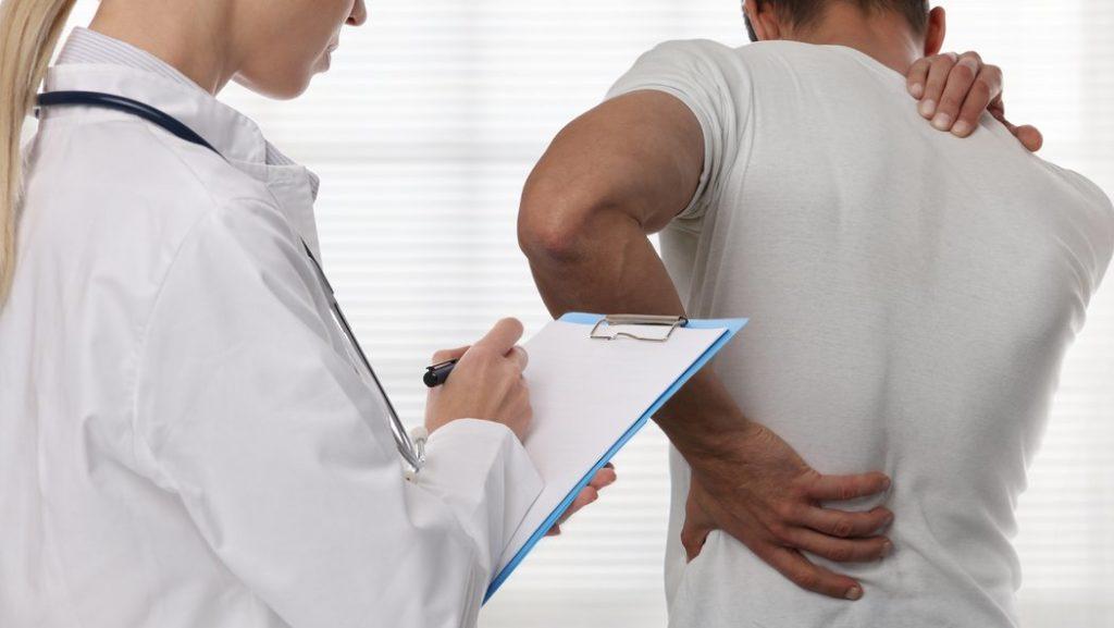 Bei der larvierten Depression stehen viele körperliche Symptome im Vordergrund (© glisic_albina - stock.adobe.com)
